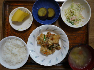 きょうのお昼ごはんは、麻婆豆腐、春雨サラダ、煮物、味噌汁、くだものでした。