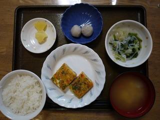 きょうのお昼ごはんは、千草焼き、おろし和え、煮物、みそ汁、果物でした。