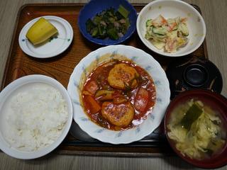 きょうのお昼ごはんは、煮込みハンバーグ、ポテトサラダ、和え物、みそ汁、果物でした。