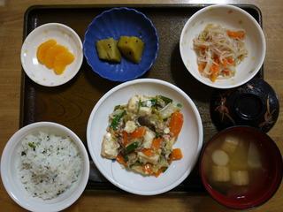 きょうのお昼ご飯は、厚揚げとキャベツの塩炒め、中華和え、煮物、みそ汁、果物でした。
