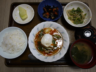 きょうのお昼ごはんは、落とし卵の野菜あんかけ、煮物、和え物、みそ汁、果物でした。