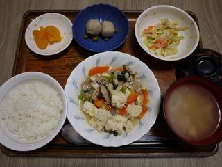 きょうのお昼ごはんは、肉豆腐、みそマヨ和え、里芋煮、みそ汁、くだものでした。