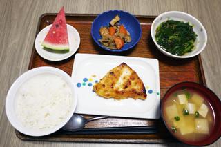 今日のお昼ごはんは、白身魚のねぎみそ焼き、もずく和え、煮物、味噌汁、果物でした。
