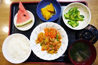今日のお昼ごはんは、ポークチャップ、かぼちゃミルク煮、浅漬け、味噌汁、くだものでした。