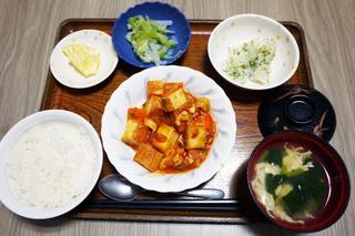 きょうのお昼ごはんは、厚揚げと鶏肉のトマト炒め、のり塩ポテト、浅漬け、味噌汁、くだものでした。