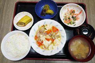 きょうのお昼ごはんは、肉豆腐、みそマヨ和え、さつま芋煮、みそ汁、果物でした。