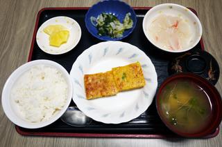 きょうのお昼ごはんは、五目卵焼き、和え物、大根のくずあん、みそ汁、果物でした。
