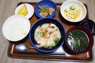 きょうのお昼ごはんは、鶏肉のクリーム煮、サラダ、含め煮、みそ汁、果物でした。