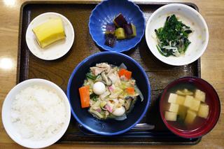きょうのお昼ごはんは、八宝菜、青菜和え、大学芋煮、みそ汁、くだものでした。