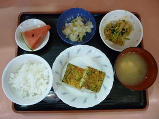 きょうのお昼ご飯は、五目卵焼き、切り干し煮、酢の物、味噌汁、果物でした。