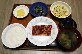 きょうのお昼ごはんは、れんこんハンバーグ、スパゲッティサラダ、ひじきとオクラの和え物、みそ汁、果物でした。