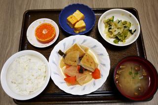 きょうのお昼ごはんは、がんもと根菜の含め煮、おかか和え、はんぺんのピカタ、みそ汁、果物です。