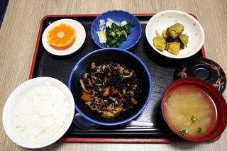きょうのお昼ごはんは、磯炒め、ゆず浸し、大学芋煮、みそ汁、果物でした。