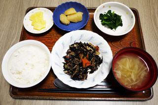 きょうのお昼ごはんは、磯炒め、和え物、じゃが煮、みそ汁、果物でした。
