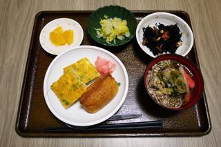 きょうのお昼ごはんは、おそば、いなり寿司、五目卵焼き、煮物、和え物、くだものでした。
