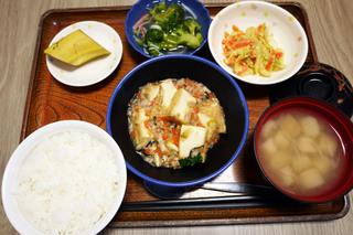 きょうのお昼ごはんは、家常豆腐、中華和え、かにかまあん、みそ汁、くだものでした。