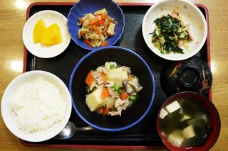 きょうのお昼ごはんは、塩肉じゃが、和え物、含め煮、みそ汁、果物でした。