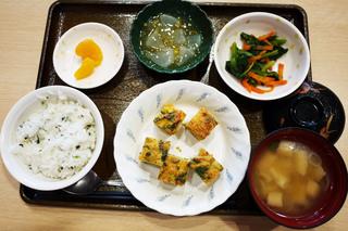 きょうのお昼ごはんは、千草焼き、わさび和え、大根のくずあん、みそ汁、果物でした。