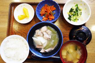 きょうのお昼ごはんは、かぶと豚肉の治部煮、青菜和え、じゃこ人参、みそ汁、果物でした。