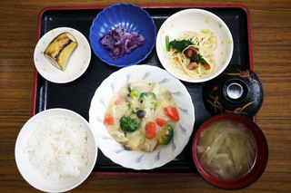 きょうのお昼ごはんは、クリームシチュー、サラダ、浅漬け、みそ汁、果物でした。