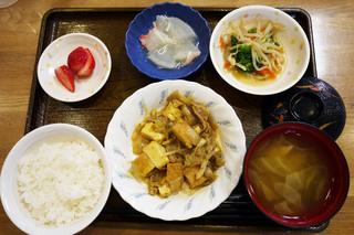 きょうのお昼ごはんは、厚揚げの和風カレー煮、和え物、大根のくずあん、みそ汁、果物でした。