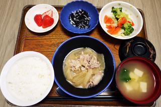 きょうのお昼ごはんは、豚肉と大根の甘みそ煮、ひじきの酢の物、和え物、みそ汁、果物でした。