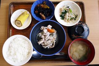 きょうのお昼ごはんは、和風ポトフ、梅おかか和え、ひじき煮、みそ汁、果物でした