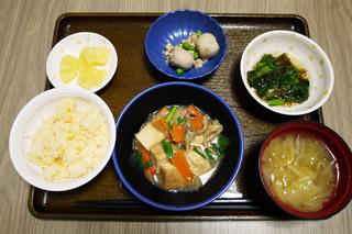 きょうのお昼ごはんは、厚揚げのあんかけ煮、もずく和え、里芋煮、みそ汁、くだものでした。