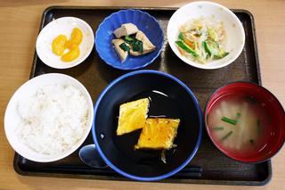 きょうのお昼ごはんは、ネギ卵焼きの甘酢あん、春雨サラダ、含め煮、みそ汁、果物でした。