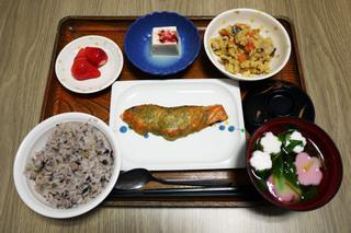 きょうのお昼ごはんは、五穀ごはん、鮭の木の芽焼き、炒りおから、梅香味奴、お吸い物、くだものでした。