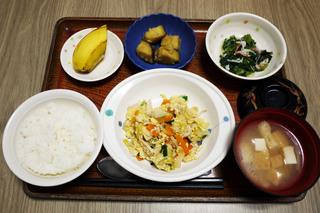 きょうのお昼ごはんは、親子煮、おろし和え、さつま芋の甘露煮、みそ汁、くだものでした。