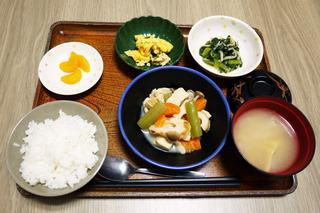 きょうのお昼ごはんは、炊き合わせ、酢味噌和え、ニラ玉、みそ汁、果物でした。