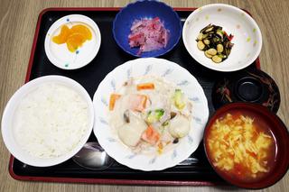 きょうのお昼ごはんは、クリームシチュー、サラダ、紅生姜大根、みそ汁、果物でした。