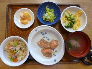 きょうのお昼ご飯は、鶏肉ときのこのおこわ、鮭のコロコロ煮、サラダ、酢の物、お吸い物、果物でした。 きょうの果物は、ご利用者が取り入れた甘柿です。