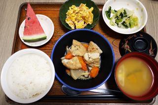 今日のお昼ご飯は、がんもと根菜の含め煮、天かす和え、卵焼き、味噌汁、くだものでした。