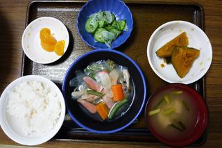 今日のお昼ごはんは、ウインナーと夏野菜のスープ煮、かぼちゃ煮、あえ物、味噌汁、くだものでした。