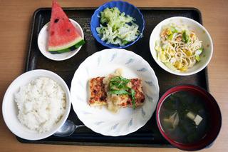今日のお昼ご飯は、おろしハンバーグ、スパゲティサラダ、浅漬け、味噌汁、くだものでした。