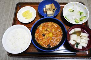 今日のお昼ごはんは、ポークビーンズ、大根サラダ、含め煮、味噌汁、くだものでした。