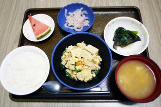 今日のお昼ごはんは、高野豆腐の卵とじ、梅和え、煮物、味噌汁、くだものでした。