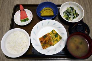 きょうのお昼ごはんは、千草焼き、おろしあえ、サツマイモ煮、味噌汁、くだものでした。