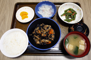 きょうのお昼ごはんは、磯炒め、ごま和え、くずあん、味噌汁、くだものでした。