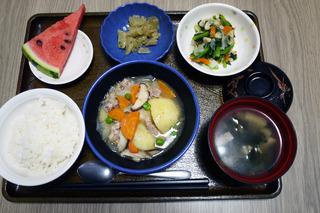 きのうのお昼ごはんは、塩肉じゃが、天かす和え、大根きんぴら、みそ汁、果物でした。