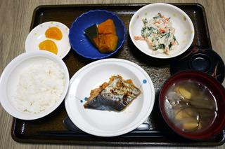 今日のお昼ごはんは、焼き魚、白和え、煮物、味噌汁、くだものでした。