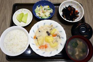 きょうのお昼ごはんは、クリームシチュー、サラダ、煮物、味噌汁、くだものでした。