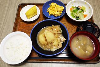 今日のお昼ごはんは、鶏肉とじゃがいものみそ煮込み、わさび和え、コーン炒り卵、味噌汁、くだものでした。