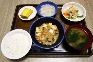今日のお昼ごはんは、家常豆腐、中華和え、かにかまあん、味噌汁、くだものでした。