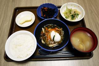 きょうのお昼ごはんは、落とし卵の野菜あんかけ、和え物、ひじき煮、味噌汁、くだものでした。