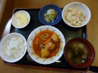 昨日のお昼ご飯は、肉団子のトマト煮、ポテトサラダ、浅漬け、味噌汁、果物でした。