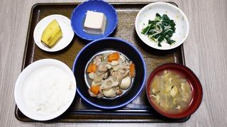 きょうのお昼ごはんは、筑前煮、からし和え、煮奴、味噌汁、くだものでした。