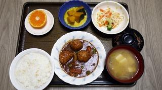 きょうのお昼ごはんは、肉だんご煮、スパゲッティサラダ、かぼちゃクリーム煮、味噌汁、くだものでした。